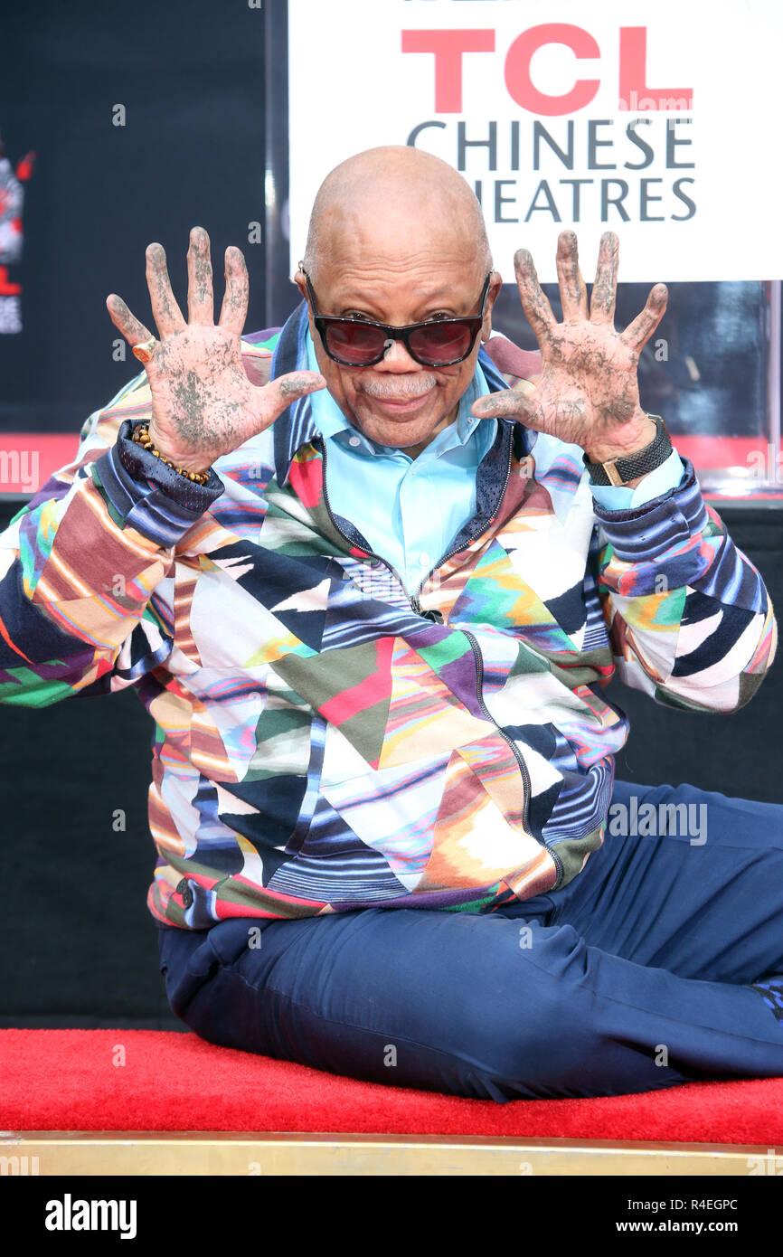 Hollywood, CA. 27 Nov, 2018. Quincy Jones ilustra a la Quincy Jones mano y huella en la ceremonia de la TCL Chino IMAX Theatre en Hollywood, California, el 27 de noviembre de 2018. Crédito: Faye Sadou/Media Punch/Alamy Live News Imagen De Stock