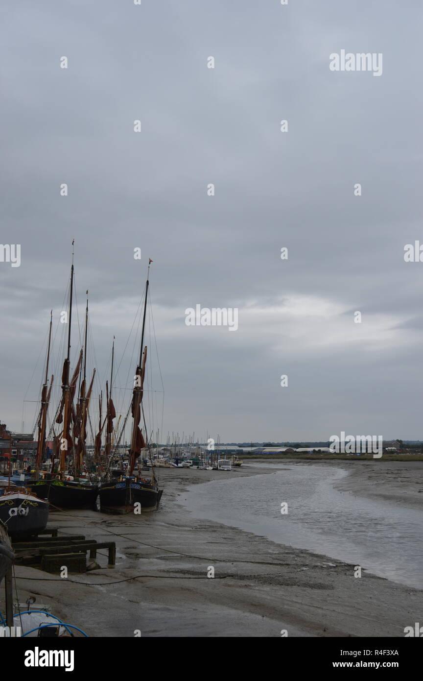 Las barcazas de vela en el río Crouch Imagen De Stock