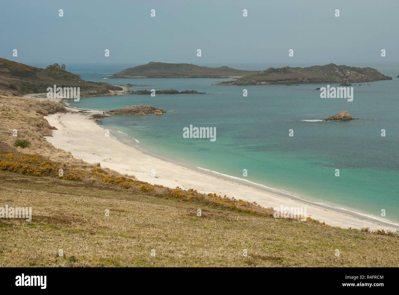 Impresionantes vistas a la Gran Bahía y Little Bay, St Martin's, Scilly, con playas de arena, mar azul y la Isla Blanca Imagen De Stock