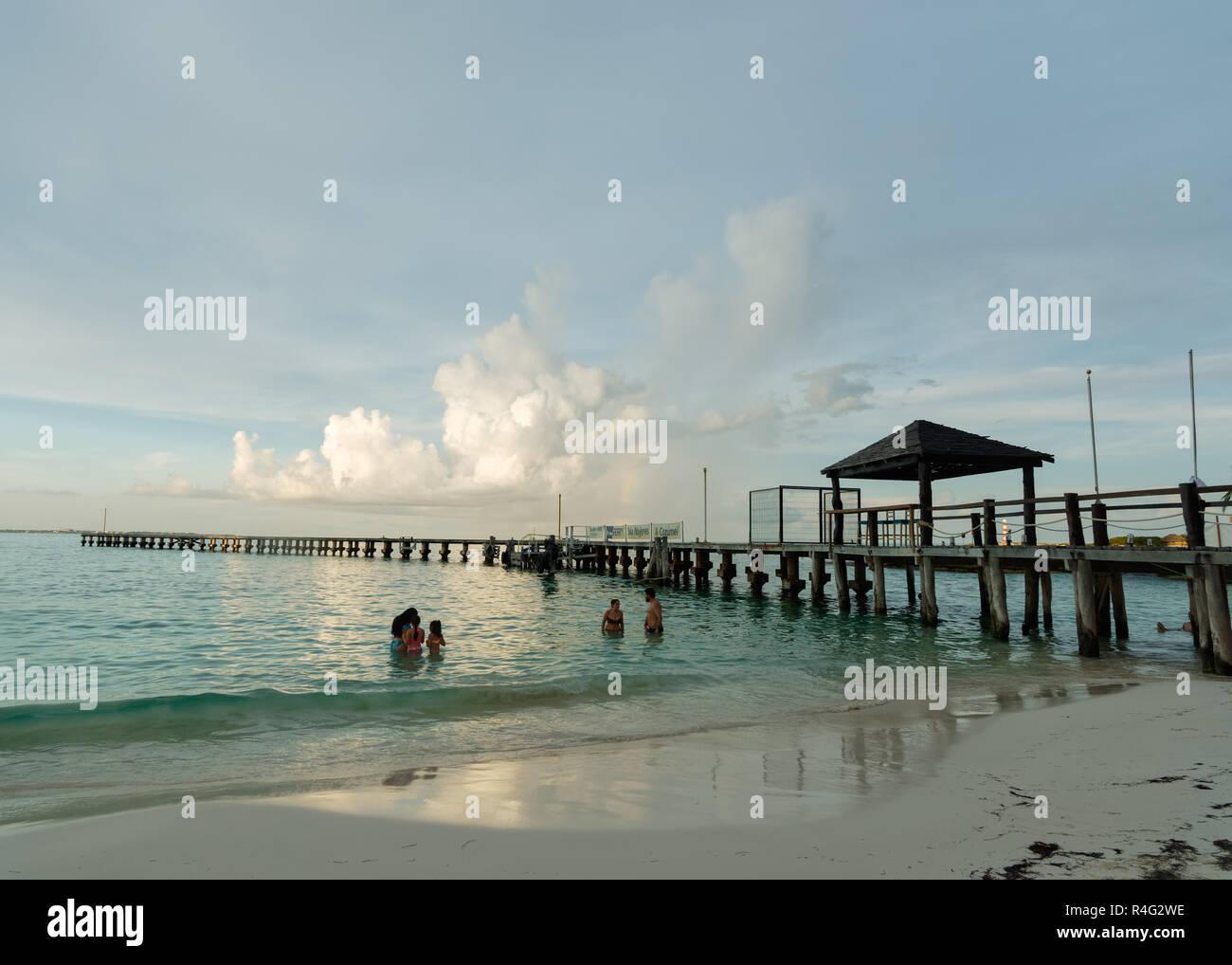 Playa Tropical y muelle de madera, Playa Caracol, el Boulevard Kukulcan, Zona Hotelera, Cancún, México, en septiembre 8, 2018 Imagen De Stock