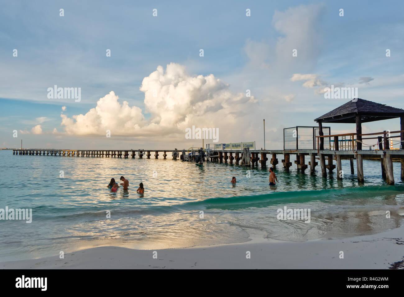 Playa Tropical, bañistas y muelle de madera,Playa Caracol, el Boulevard Kukulcan, Zona Hotelera, Cancún, México, en septiembre 8, 2018 Imagen De Stock