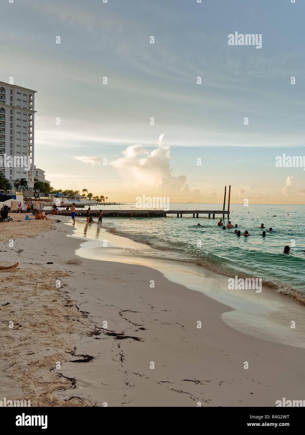 Playa Tropical con el muelle y el hotel al atardecer, Playa Caracol, el Boulevard Kukulcan, Zona Hotelera, Cancún, México, en septiembre 8, 2018 Imagen De Stock