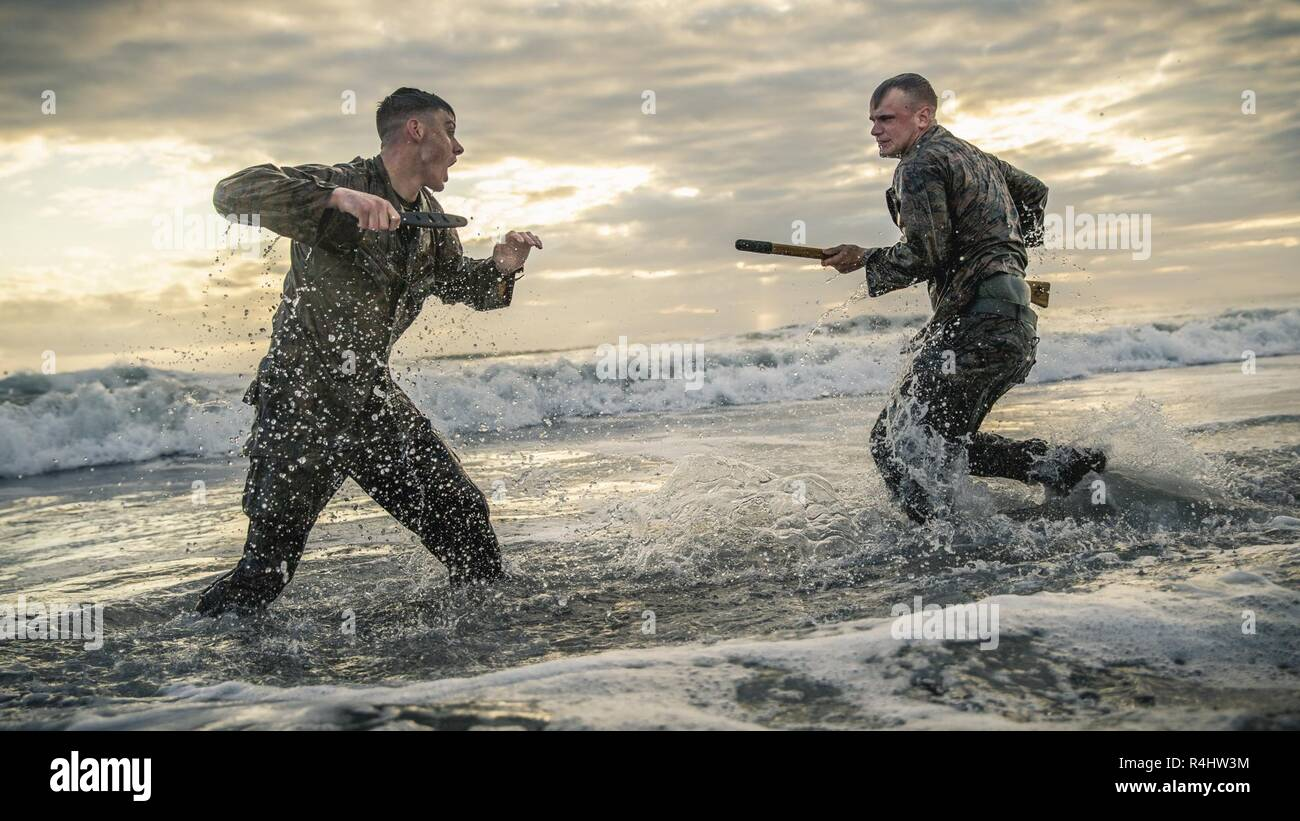 """Marine Corps Base Camp Pendleton, California - Cpl. Mateo Teutsch (izquierda) y Cpl. Brett Norman, tanto combatir videógrafos con la 11ª Unidad Expedicionaria de los Infantes de Marina, participar en mano-a-mano y Close Quarters Combat durante la formación de artes marciales en Camp Pendleton, California, Octubre 2, 2018. Los Marines trabajó en técnicas ofensivas y defensivas la utilización de diferentes sistemas de armas centrándose en el lema del Programa de Artes Marciales: """"Una mente, cualquier arma"""". Imagen De Stock"""