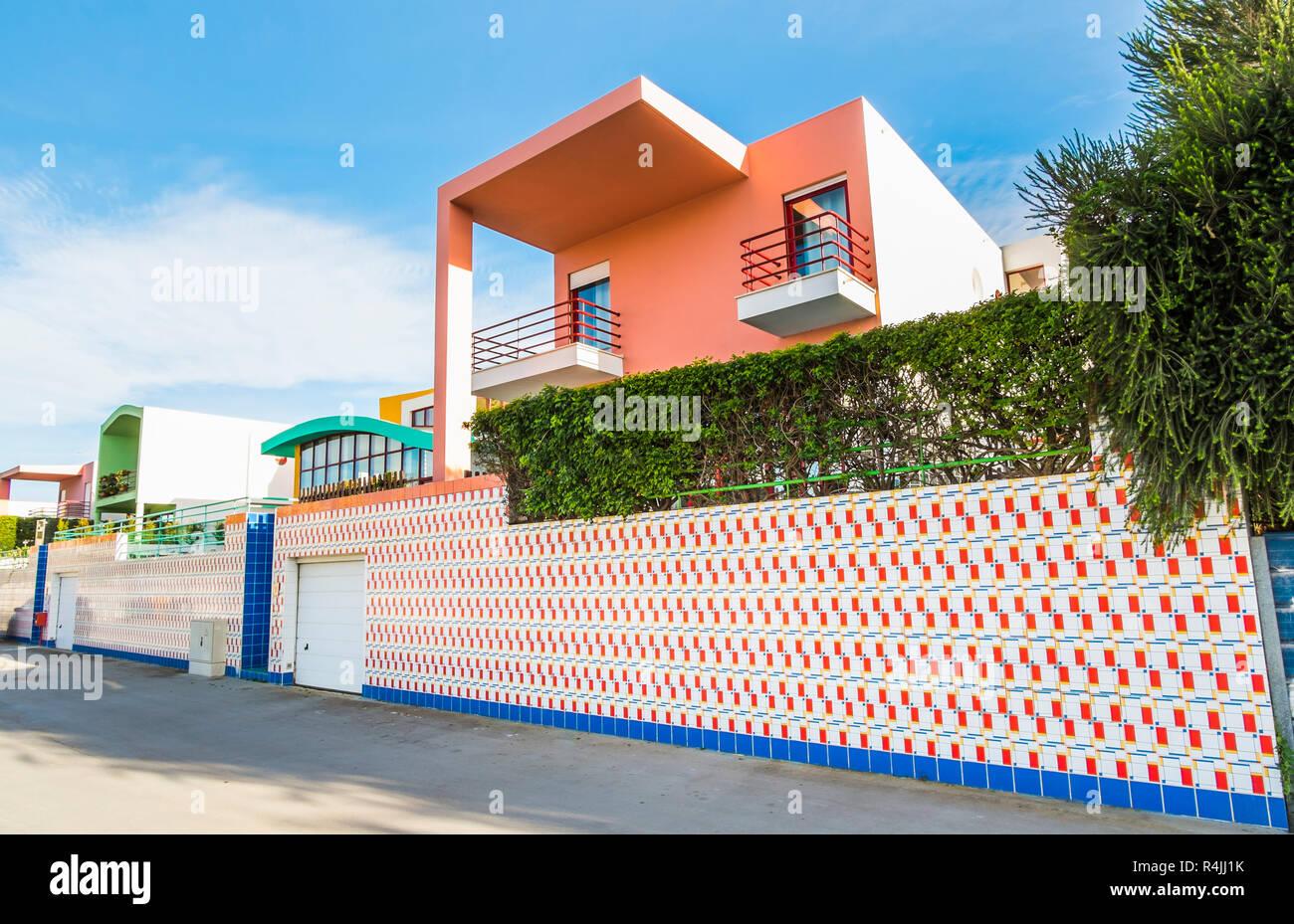 La arquitectura posmoderna en marina de Albufeira Foto de stock