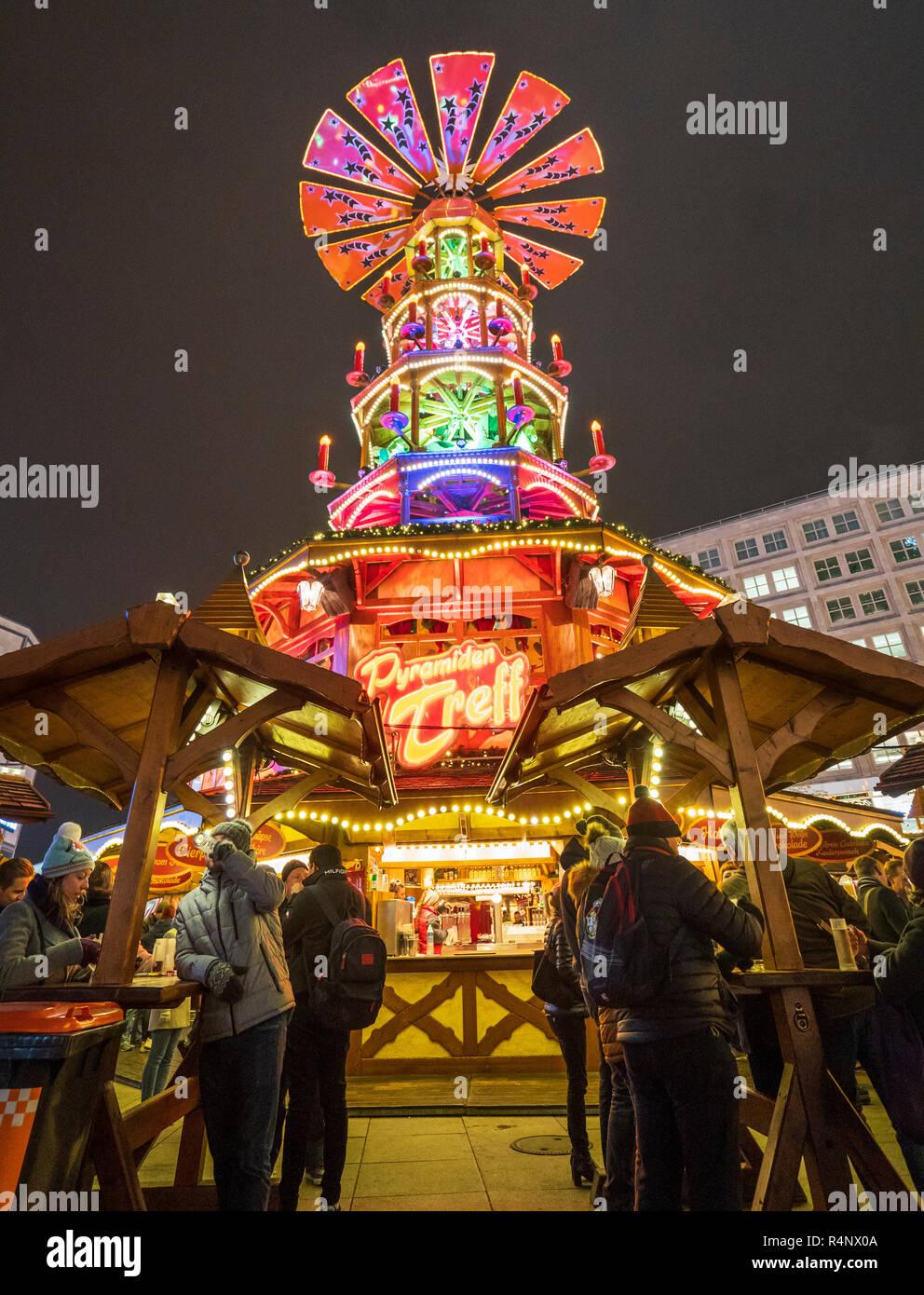 Berlín, Alemania. 27 noviembre, 2018. El tradicional y mundialmente famosa de Alemania los mercados de Navidad abierta al público. Este es en Alexanderplatz debajo de la pirámide tradicional Treff Pyramiden o lugar de reunión. Crédito: Iain Masterton/Alamy Live News Imagen De Stock
