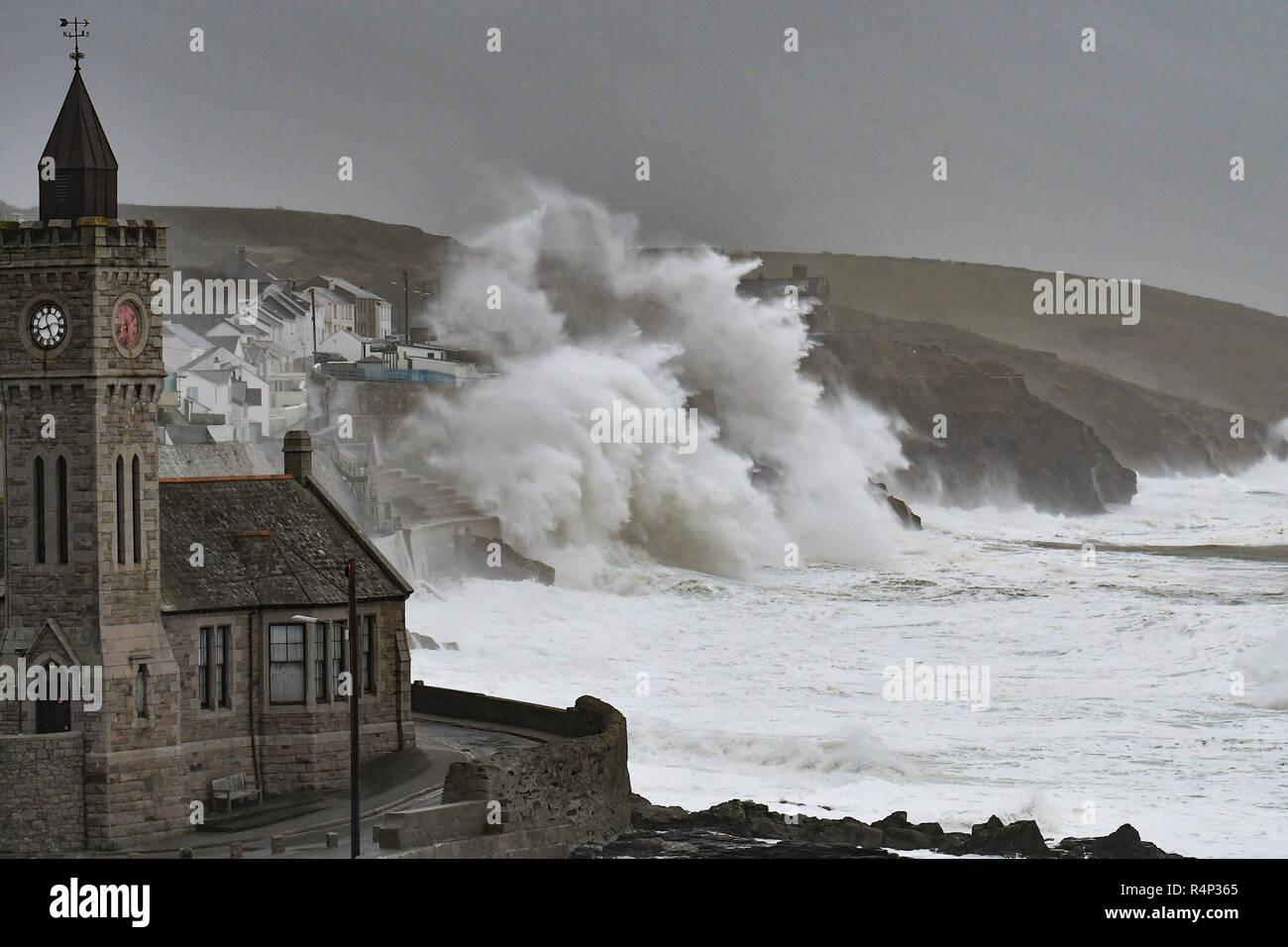 Porthleven, Cornualles, en el Reino Unido. El 28 de noviembre de 2018, el clima del Reino Unido. Con vientos de más de 60mph enormes olas golpeando la costa de Cornualles en Porthleven esta mañana como Diana tormenta golpea el crédito del país: Simon Maycock/Alamy Live News Imagen De Stock