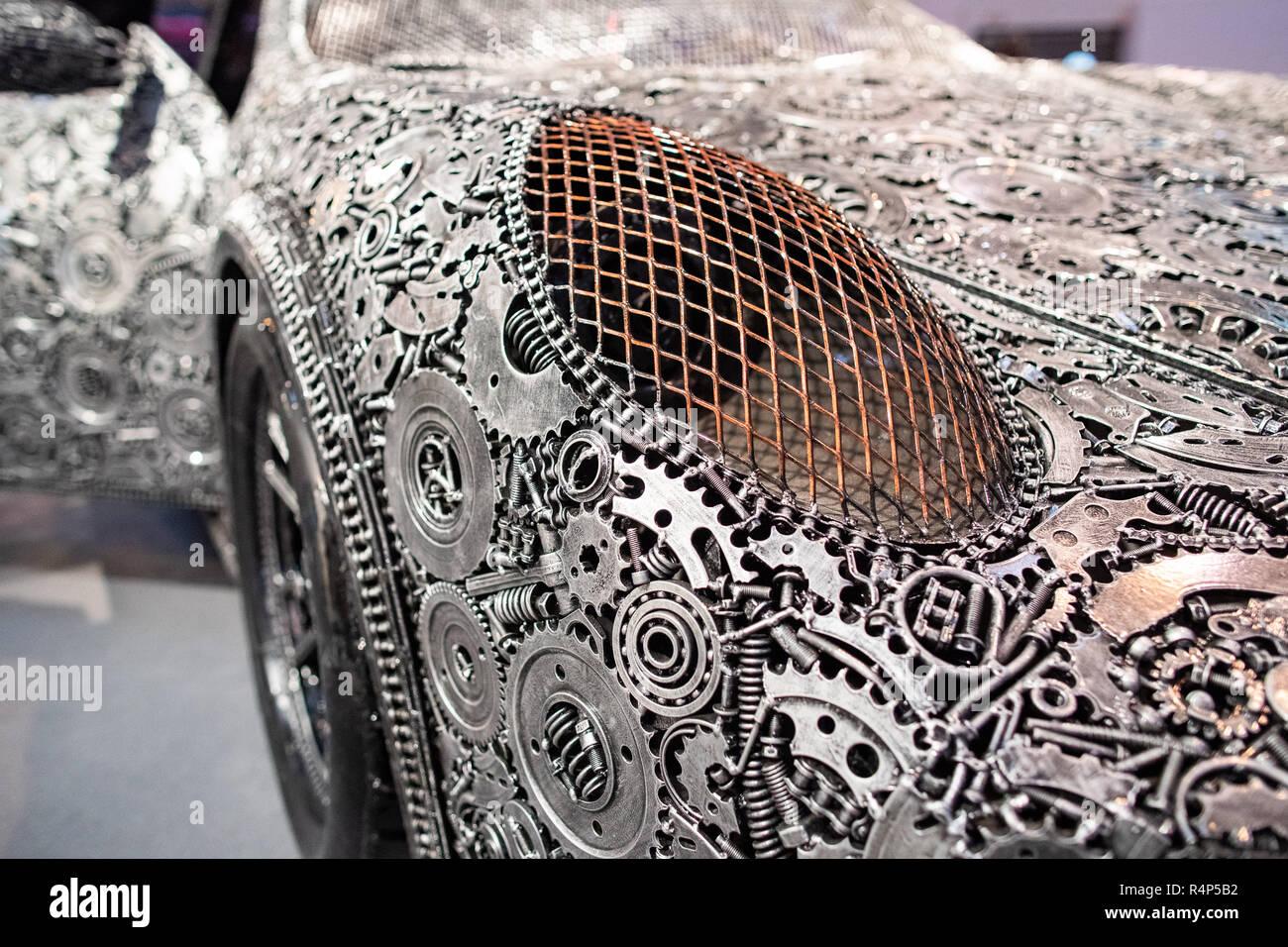 Essen, Alemania. 28 Nov, 2018. Un Porsche GT3 RS, montado a partir de alrededor de 20.000 piezas de chatarra, serán exhibidos en una sala de la Essen Motor Show. La feria del automóvil de 01. a 9.12.2018. Crédito: Marcel Kusch/dpa/Alamy Live News Imagen De Stock