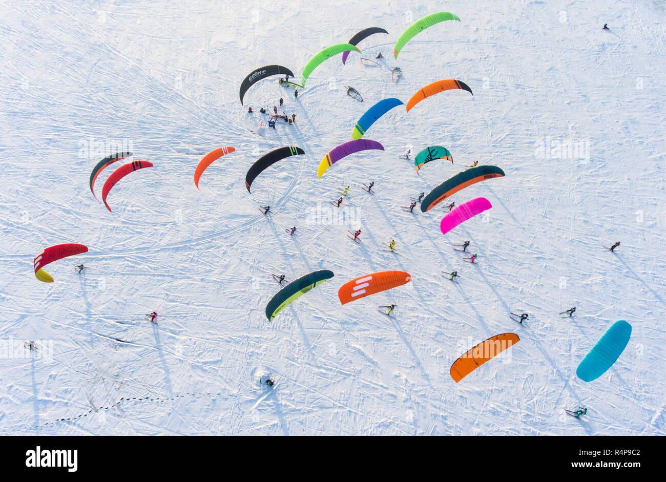 Novosibirsk, Rusia. 28 Nov, 2018. NOVOSIBIRSK, Rusia - Noviembre 28, 2018: Los participantes en la copa 2018 Siberian Snowkiting competir en la superficie del embalse de Novosibirsk, cerca de la planta de energía hidroeléctrica de Novosibirsk. Kirill Kukhmar/TASS Crédito: Agencia de Noticias ITAR-TASS/Alamy Live News Imagen De Stock