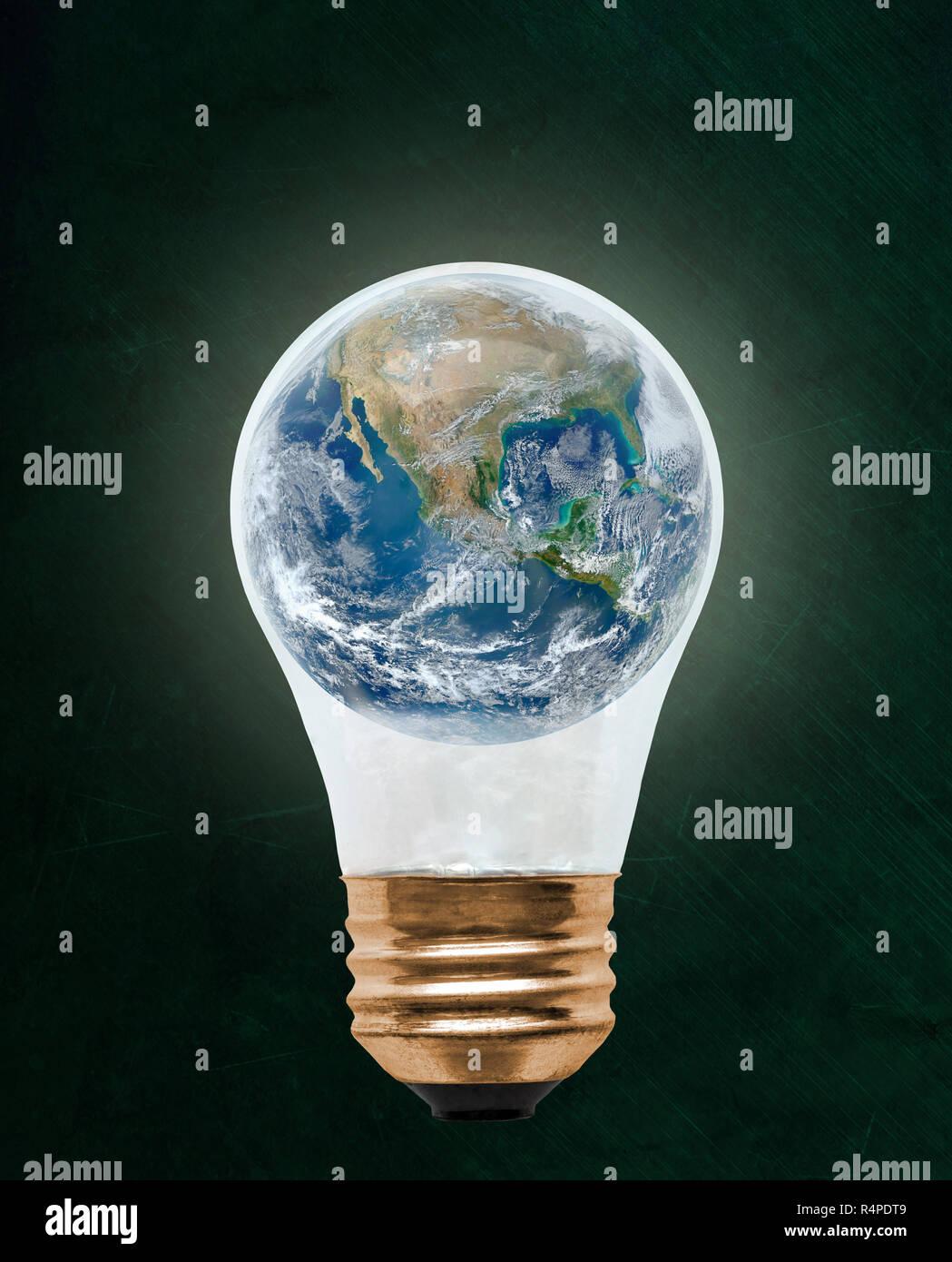 Planeta Tierra dentro de la bombilla flotante con espacio de copia. Concepto de la ecología, la conservación del medio ambiente; Alternativa Verde. Los elementos de esta imagen pro Foto de stock