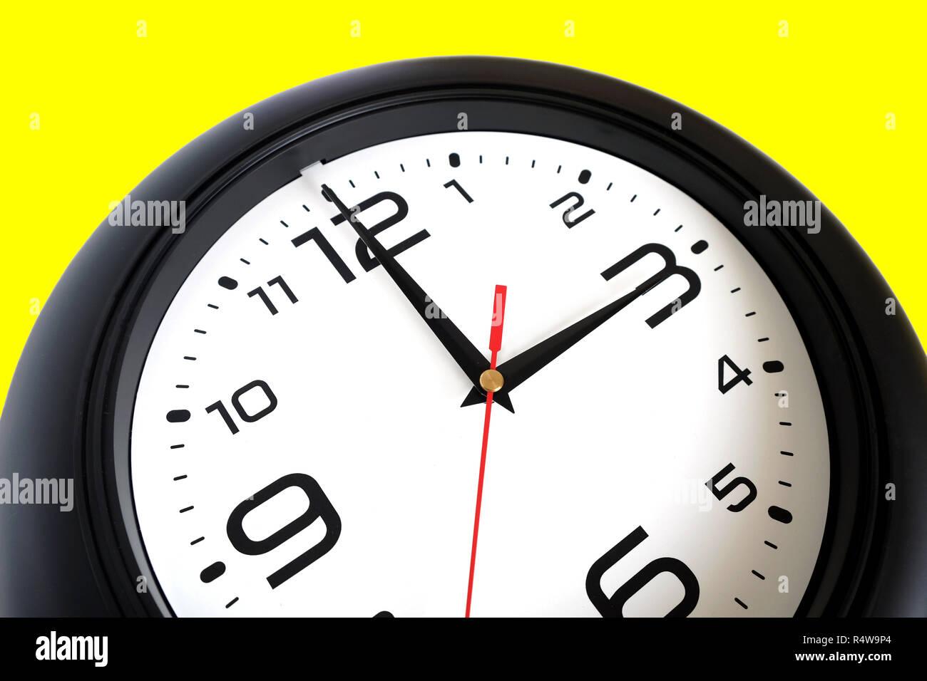 f81fe06a986f Fragmento de reloj de pared redondo grande con un borde de color negro  sobre fondo blanco