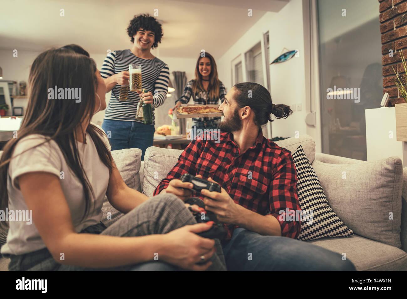 Emocionada Pareja Es Jugar Video Juegos En Casa Sentados En El Sofa