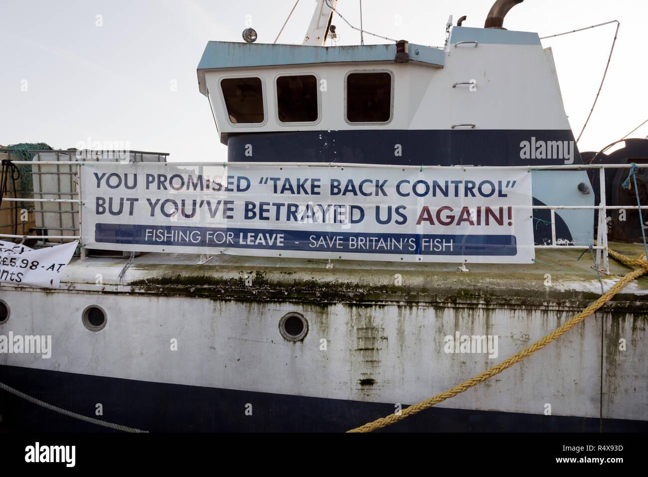 La pesca de arrastre en el Reino Unido con el banner que aparece Brexit Brixham, Puerto, REINO UNIDO Foto de stock