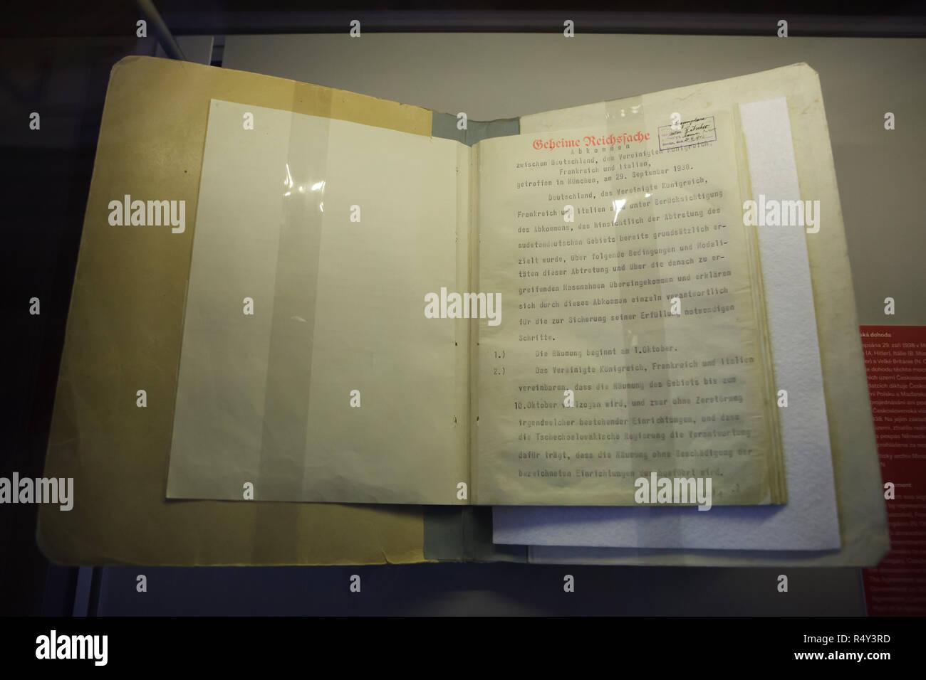 Acuerdo de Munich (Münchner Abkommen) firmado el 29 de septiembre de 1938 en la exhibición en la exposición (Česko Czech-Slovak-slovenská výstava) en el Museo Nacional (Národní muzeum) en Praga, República Checa. El documento firmado en Munich por los representantes de Alemania (Adolf Hitler), Italia (Benito Mussolini), Francia (Édouard Daladier) y Gran Bretaña (Neville Chamberlain) contiene un acuerdo entre esas potencias permitiendo la anexión de las zonas fronterizas de Checoslovaquia por Alemania. Checoslovaquia no fue invitado a negociar o a firmar este acuerdo. El original del documento se presenta Foto de stock