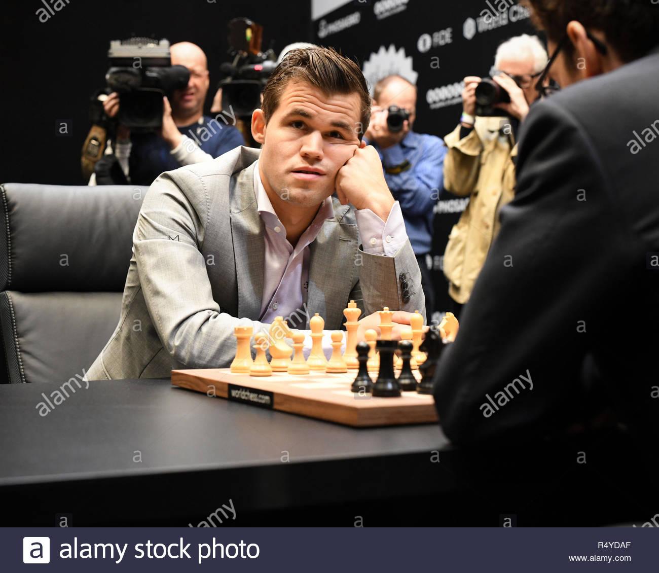 Londres, Reino Unido. 28 Nov, 2018. Magnus Carlsen compite contra Fabiano Caruana en el Campeonato Mundial de Ajedrez. Crédito: Bart Lenoir/Alamy Live News Imagen De Stock