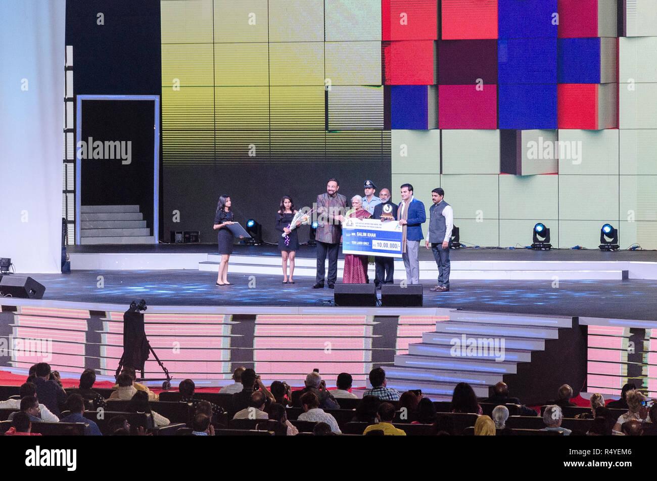 Taleigao, India. El 28 de noviembre, 2018. Arbaaz Khan acepta el premio en nombre de Salim Khan para la ceremonia de clausura del 49º Festival Internacional de Cine de India en Dr Shyama Prasad Mukherjee estadio cubierto, Taleigao, Goa, India. El legendario guionista Salim Khan fue honrado con IFFI Premio Especial por su contribución al cine de por vida. Arunabh Bhattacharjee/Alamy Live News Imagen De Stock