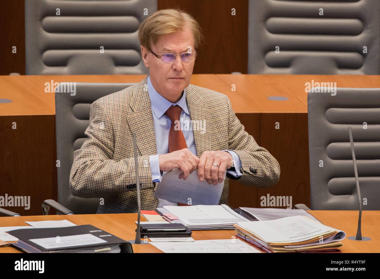 29 de noviembre de 2018, Renania del Norte - Westfalia, Düsseldorf: Peter Biesenbach (CDU), Ministro de Justicia del Estado federado de Renania del Norte-Westfalia, se asienta en el pleno del parlamento del estado. Los eurodiputados debaten la salida del Reino Unido de acuerdo con la UE y el establecimiento de una comisión de investigación sobre la muerte de un inocente prisionero sirio en la cárcel Kleve. Foto: Rolf Vennenbernd/dpa Foto de stock