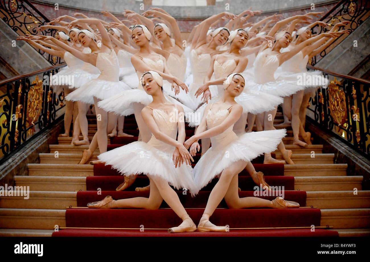 Berlín, Alemania. 29 Nov, 2018. Los bailarines del Ballet de Shanghai muestran una coreografía en el Bode-Museum. En 01.12.2018 el rendimiento celebrará su estreno alemán. Crédito: Britta Pedersen/dpa-Zentralbild/dpa/Alamy Live News Imagen De Stock