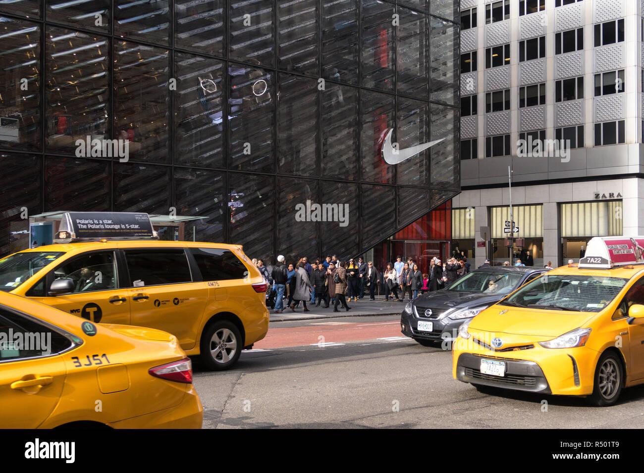 Exitoso detective mezcla  El logotipo de Nike en el escaparate de la Quinta Avenida, Manhattan,  Ciudad de Nueva York, EE.UU Fotografía de stock - Alamy