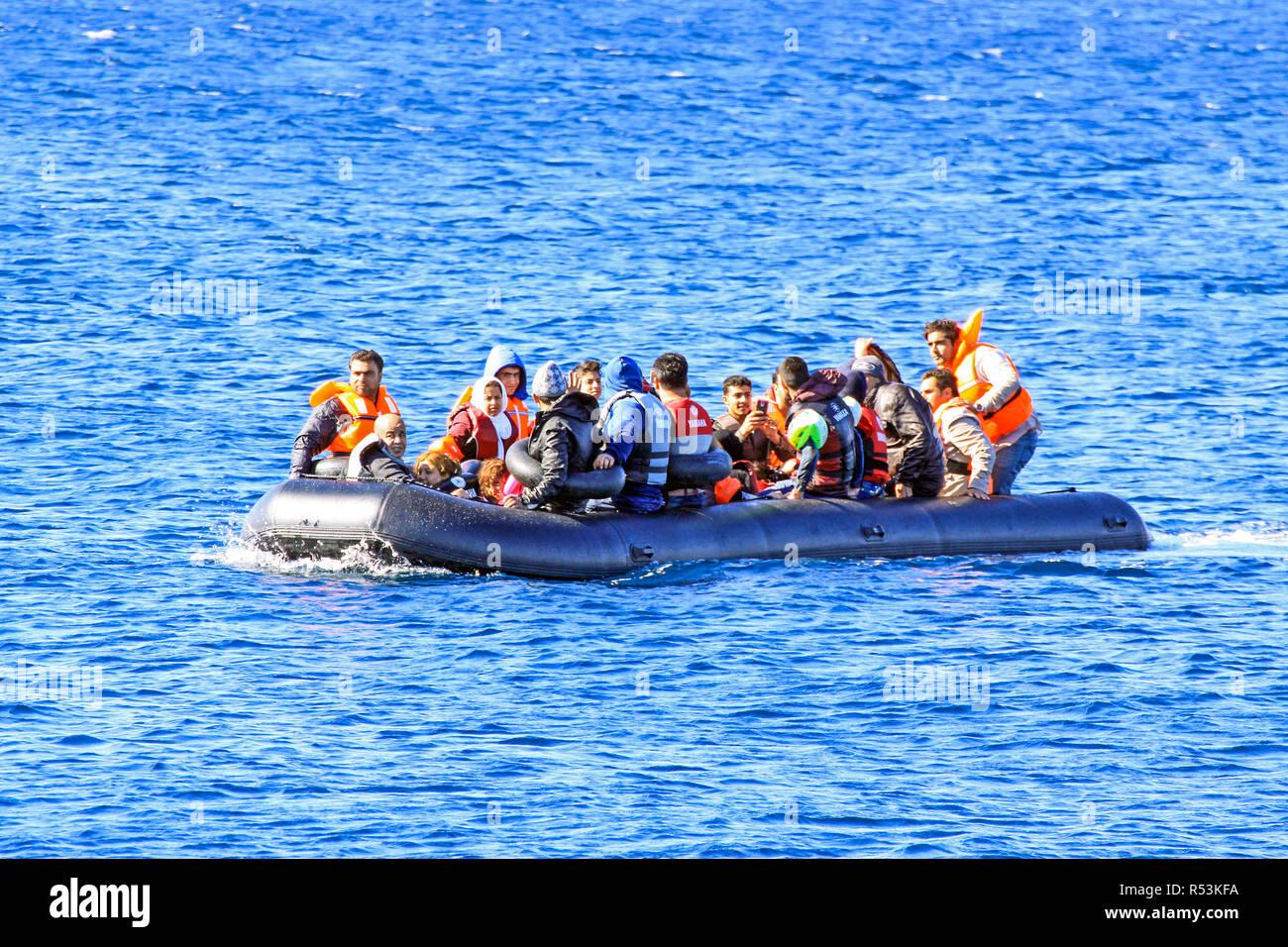 Las familias de refugiados que llegan a Molyvos en la isla griega de Lesbos, Grecia después de hacer el viaje en bote hinchable cruzando el mar Egeo Foto de stock