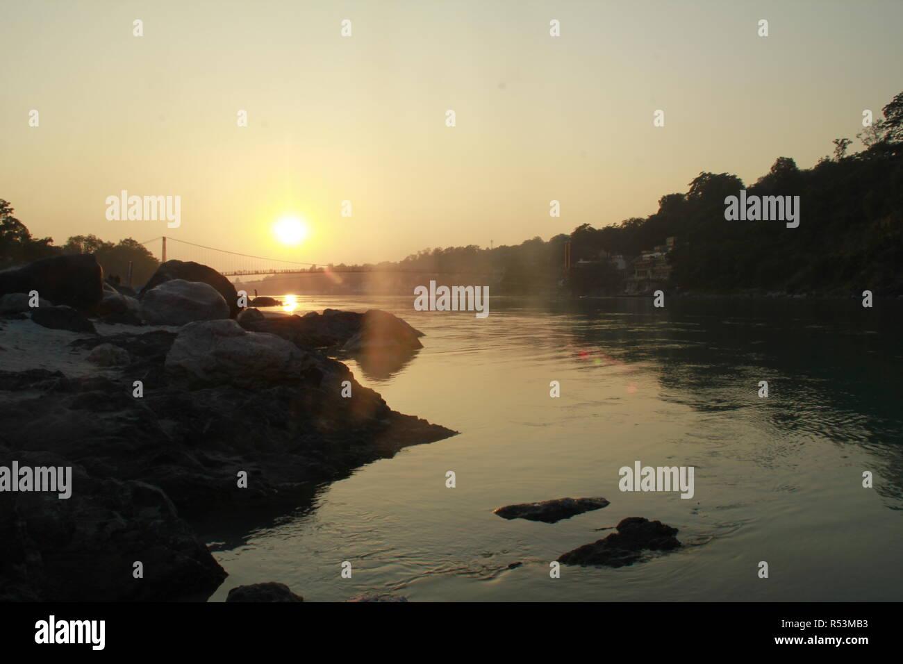 La vida en Rishikesh en los bancos del río Ganga Imagen De Stock