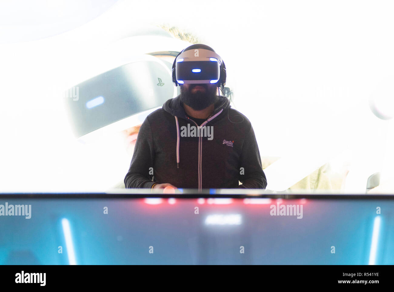 Barcelona, España. El 29 de noviembre, 2018. Un hombre jugando juegos de video con gafas de realidad virtual 3D durante los Juegos de Barcelona de 2018 Mundial en Gran Via Fira el 28 de noviembre de 2018, en Barcelona, España. © Victor Puig/Alamy Live News Imagen De Stock