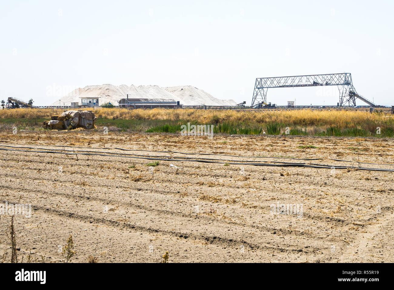 Los montones de sal cerca de una fábrica de sal en Margherita di Savoia, Puglia, Italia Imagen De Stock