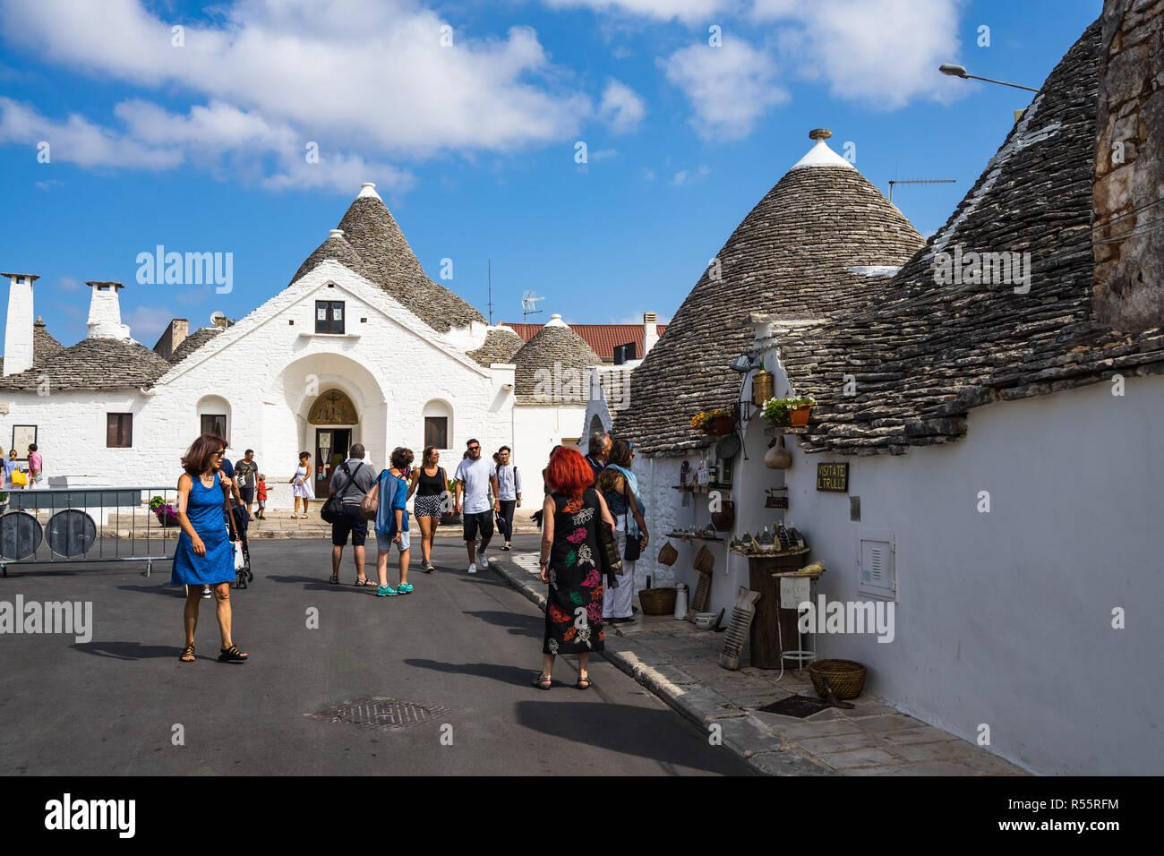 """En la entrada de turistas """"trullo Sovrano'. En el interior hay un pequeño museo que recrea la vida rural. Alberobello, Puglia, Italia, agosto de 2017 Imagen De Stock"""