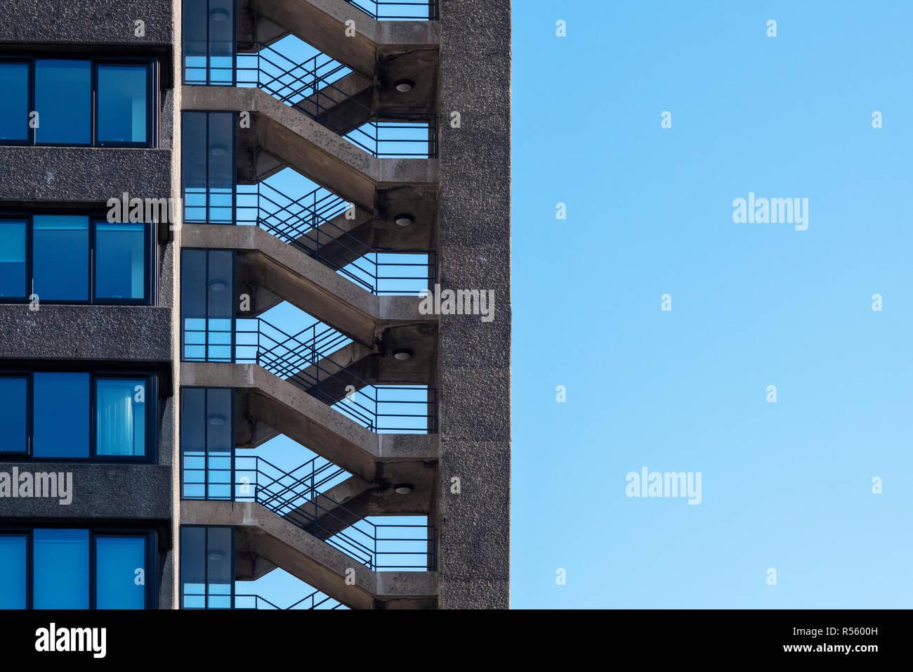 9a30c54044 Bloque de oficinas escalera y ventanas abstractas. Londres, Inglaterra  Imagen De Stock