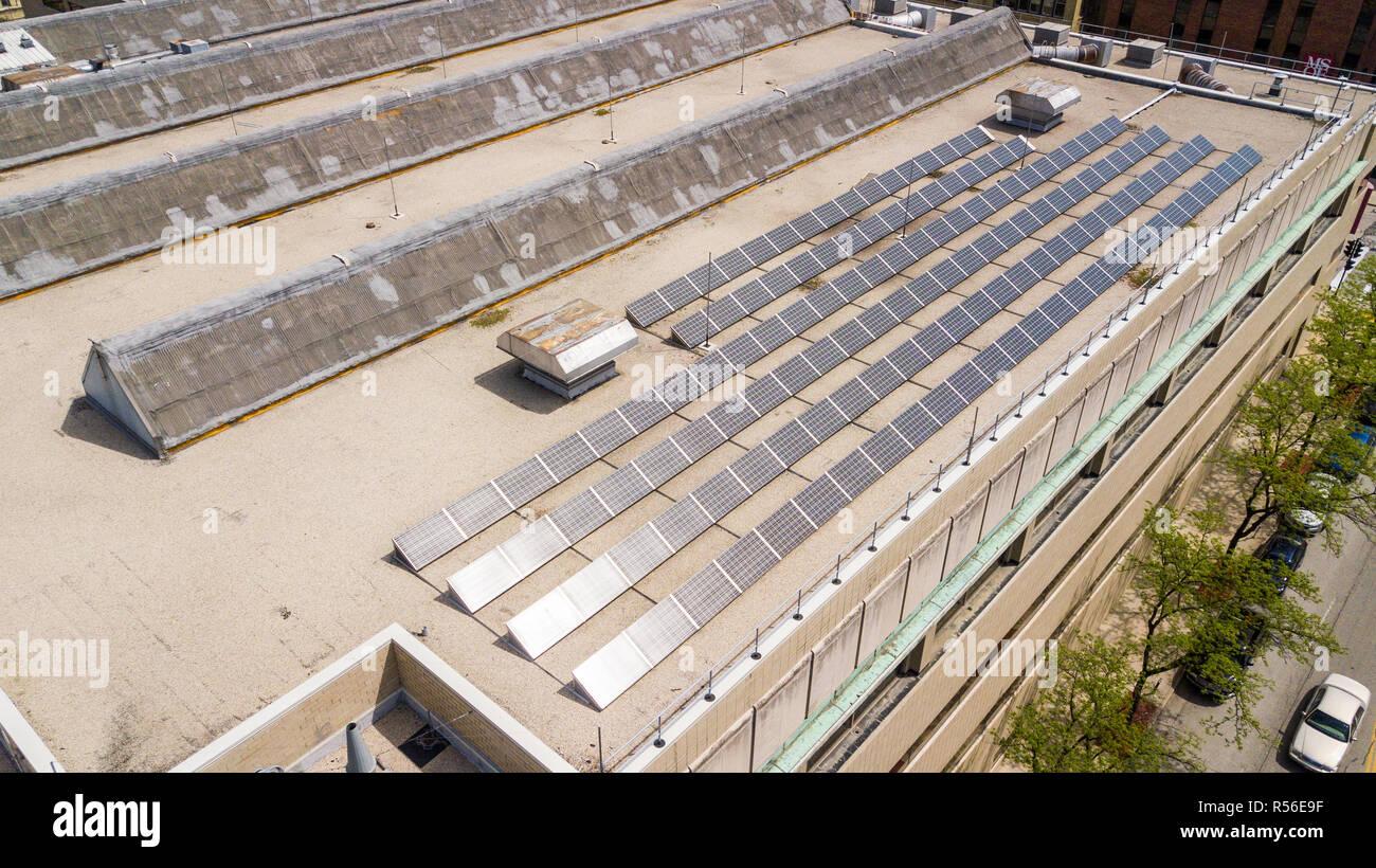 Paneles solares en el centro del campus de la Universidad, MSOE, Milwaukee School of Engineering, Milwaukee, Wisconsin, EE.UU. Imagen De Stock
