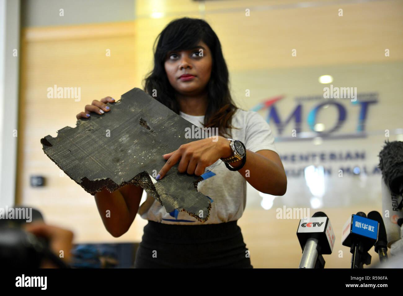 """En Putrajaya, Malasia. El 30 de noviembre de 2018. Un miembro de la familia del MH370 pasajero visualiza un pedazo de posibles residuos de los desaparecidos MH370 en Putrajaya, Malasia, el 30 de noviembre de 2018. El Ministro de Transporte de Malasia Anthony Loke Siew Fook, indicó el viernes que el gobierno estaba dispuesto a reanudar la búsqueda de Malaysia Airlines MH370 pero que requiere """"nuevas pruebas creíbles."""" MH370 239, llevando a bordo, desaparecieron en ruta desde Kuala Lumpur a Beijing el 8 de marzo de 2014. Sus principales restos aún no se ha encontrado. (Xinhua/Chong Voon Chung) Crédito: Xinhua/Alamy Live News Imagen De Stock"""