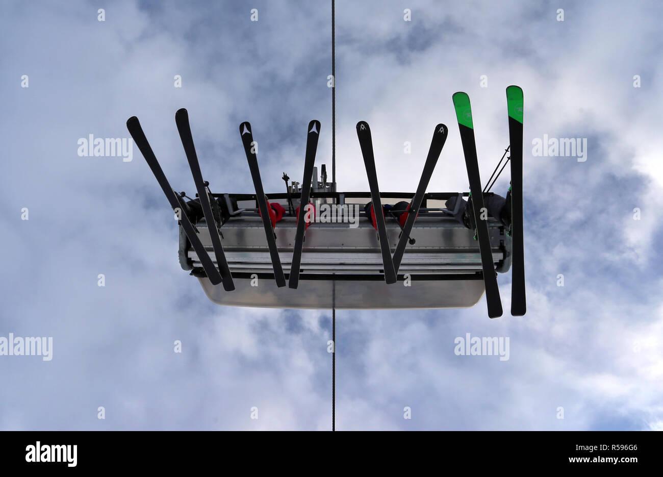 Grainau, Alemania. 30 Nov, 2018. Los esquiadores sentarse en el monte Zugspitze en un telesilla. La temporada de invierno 2018/2019 en la montaña más alta de Alemania comenzó con la apertura de un telesilla y tres bajadas. Crédito: Karl-Josef Hildenbrand/dpa/Alamy Live News Imagen De Stock