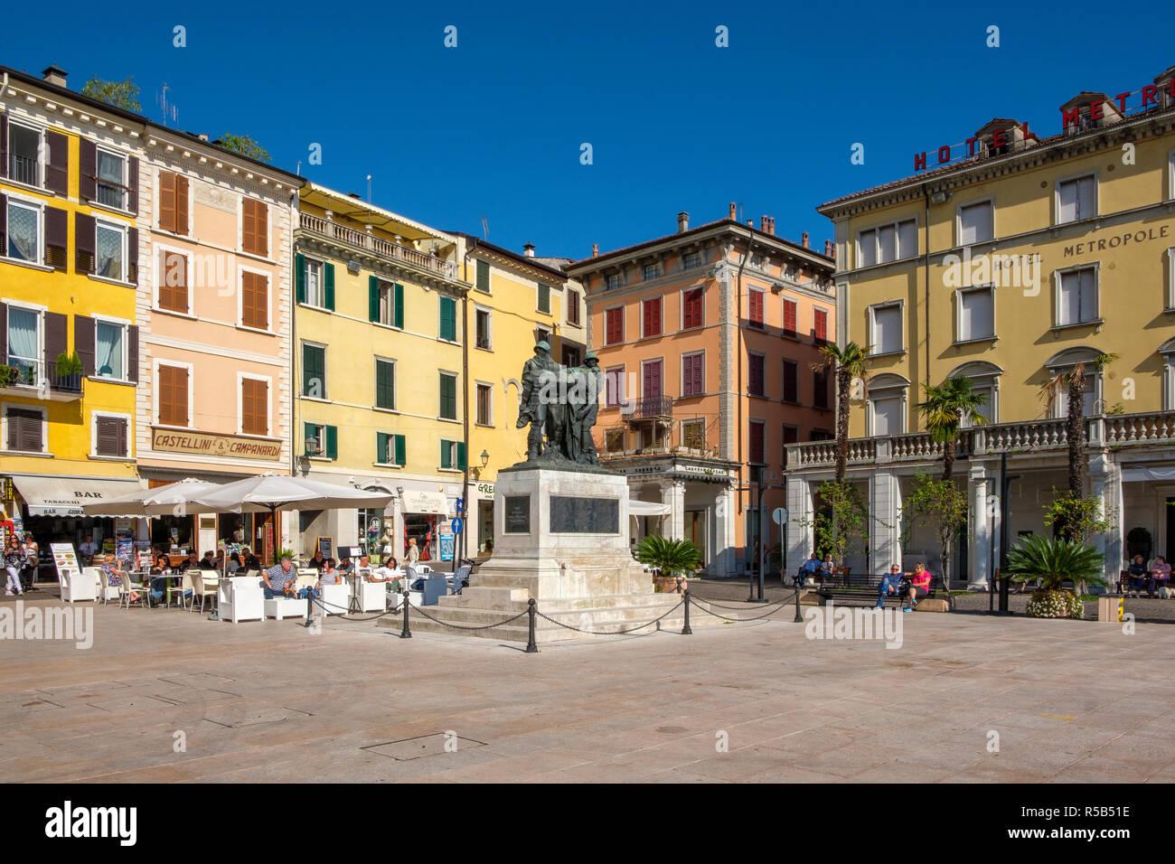 Piazza della Vittoria, Salò, Lago de Garda, provincia de Brescia, Lombardía, Italia Foto de stock