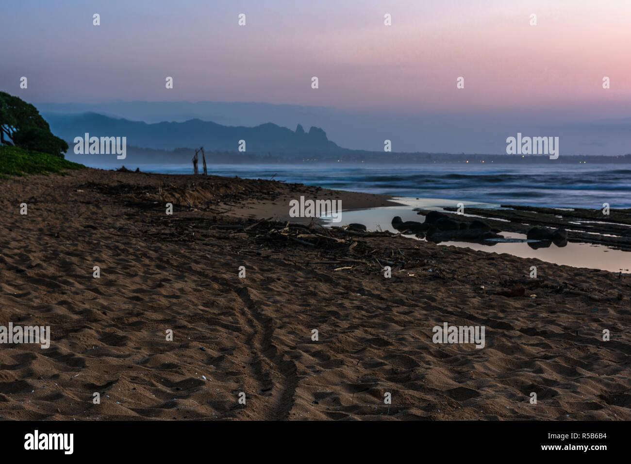Amanecer en la playa de Lihue, Kauai Hawaii Foto de stock