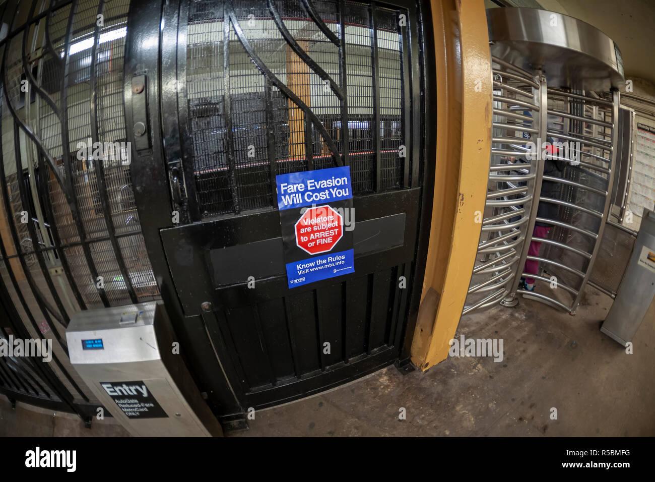 Un cartel en la estación de metro de West 23rd Street en Nueva York el jueves, 29 de noviembre de 2018, advierte de las consecuencias de la evasión de tarifa. Evasión de tarifas ha sido una merma en los ingresos del MTA después del NYPD alivió la observancia, expedir citaciones en contraposición a las detenciones, y la oficina del Fiscal del Distrito de Manhattan dejó de perseguir a la mayoría de los casos. (© Richard B. Levine) Imagen De Stock
