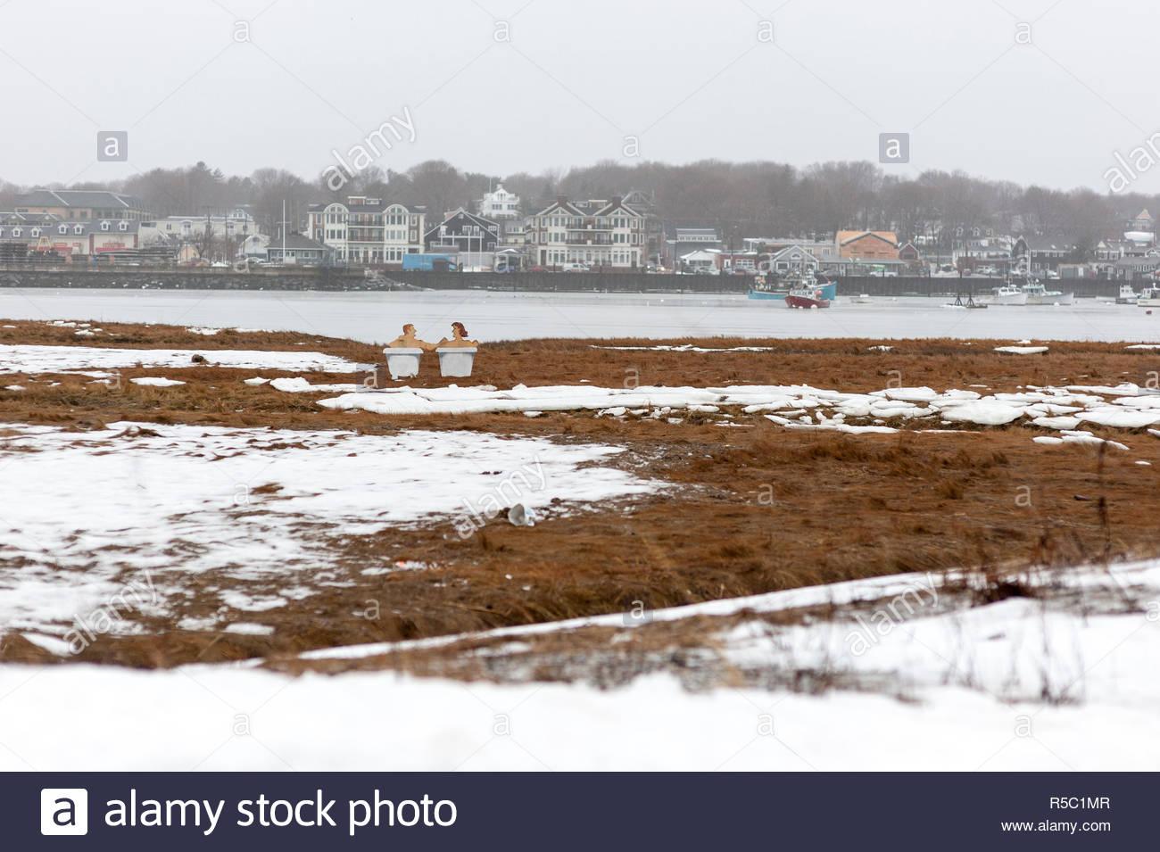 Scituate, Massachusetts, EE.UU. - 7 de enero de 2009: un primer vistazo sugiere una pareja relajantes bañeras en áreas adyacentes en un frío día de invierno Imagen De Stock