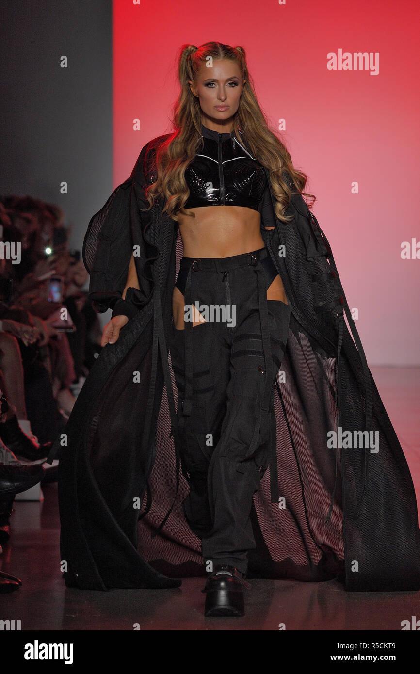 NEW YORK, NY - 11 DE SEPTIEMBRE: Paris Hilton camina la pista de Namilia durante la Semana de la Moda de Nueva York: la muestra en la Galería II en primavera Studios en sept. Foto de stock