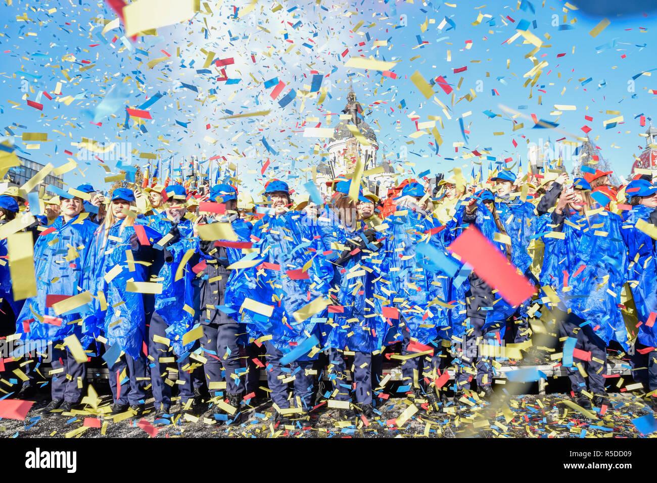 Cluj-Napoca, Rumania01 de diciembre de 2018. Rumania celebra 100 años desde la Gran unificación con confeti y daylight fuegos artificiales en la Plaza Avram Iancu, Cluj-Napoca. Crédito: Vadim Ungureanu / Alamy Live News Imagen De Stock