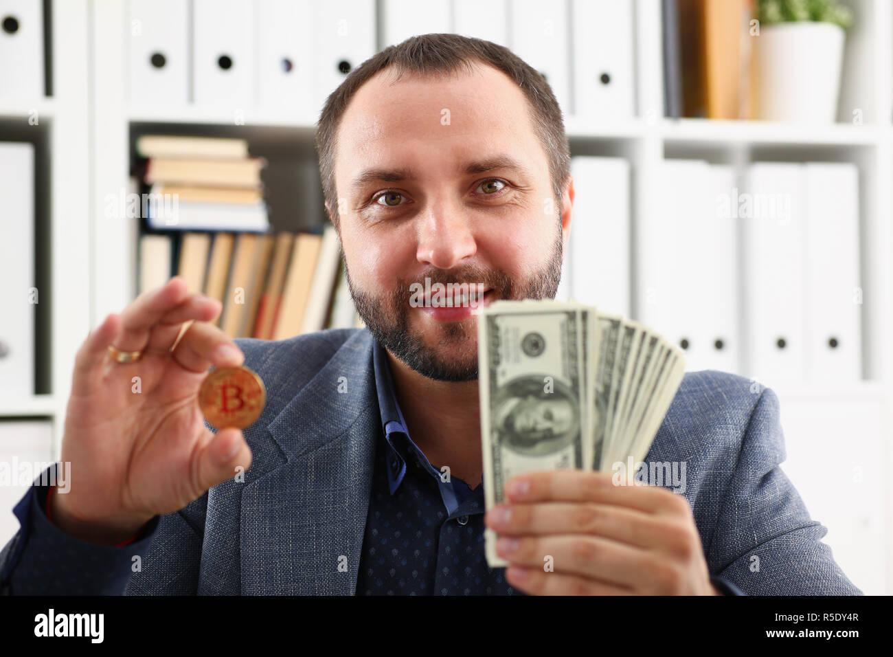 Joven empresario exitoso acaba de concluir una ganga satisfecho con el resultado Imagen De Stock