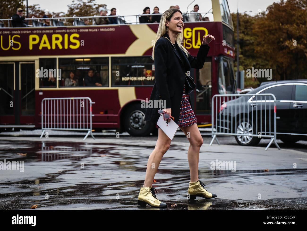 cf74af1f PARIS, Francia - 2 de octubre 2018: Helena Bordon en la calle durante la