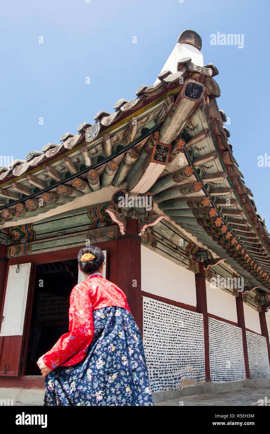 República Popular Democrática de Corea (RPDC), Corea del Norte, la ciudad de Kaesong, Wang Kon Mausoleo del rey - mujer en coloridos vestidos tradicionales Foto de stock