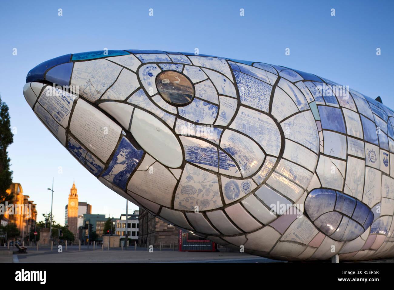 Irlanda del Norte, Belfast, el pez grande por John amabilidad en Donegall Quay Foto de stock