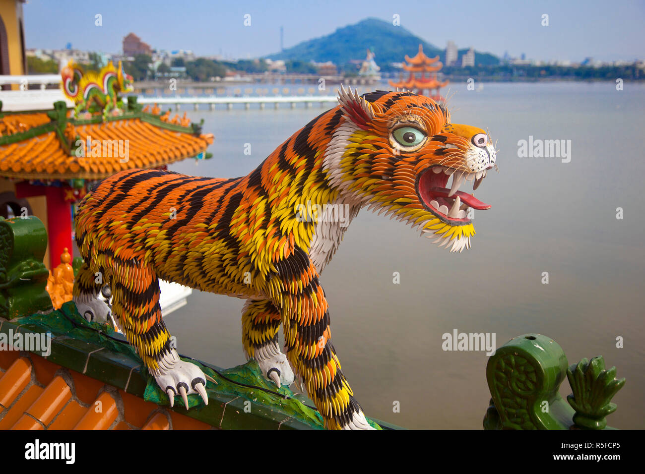Taiwán, Kaohsiung, estanque de lotos, Templo de la torre de Tigre y Dragón Imagen De Stock