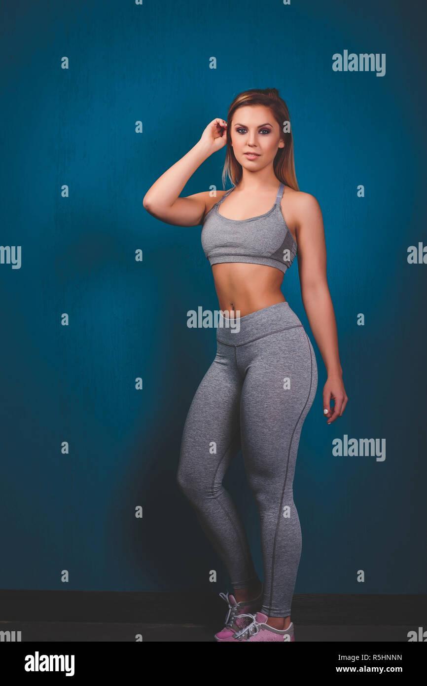 d5307fa9a9895 Disparo horizontal de Slim tiene una bonita mujer deportiva saludable  cuerpo musculoso