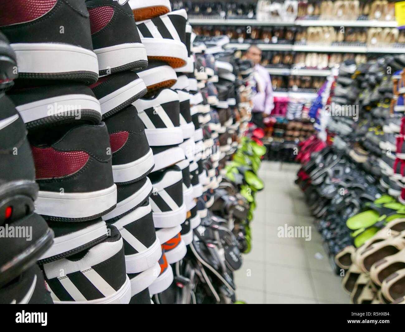 49b390a985c8e Colección de calzado deportivo en las estanterías de la tienda