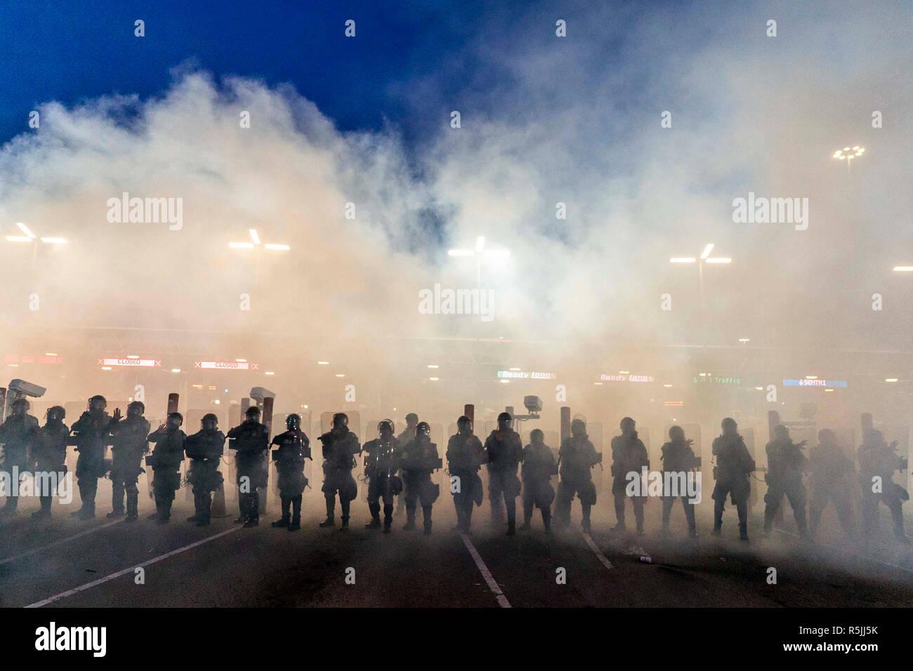 Tijuana, México. El 1 de diciembre de 2018. Los soldados de los EE.UU. La Agencia de Aduanas y Protección Fronteriza están de pie en el humo durante un ejercicio en la frontera con México. México comparte una frontera de unos 3200 kilómetros con los Estados Unidos. Más de 6.000 migrantes de Centroamérica están esperando actualmente en la ciudad fronteriza de Tijuana para solicitar asilo en los Estados Unidos. Huyen de la violencia y la pobreza en sus países de origen. En 01.12.2018 el candidato izquierdista López Obrador fue juramentado como el nuevo presidente de México. Crédito: Jair Cabrera Torres/dpa/Alamy Live News Imagen De Stock