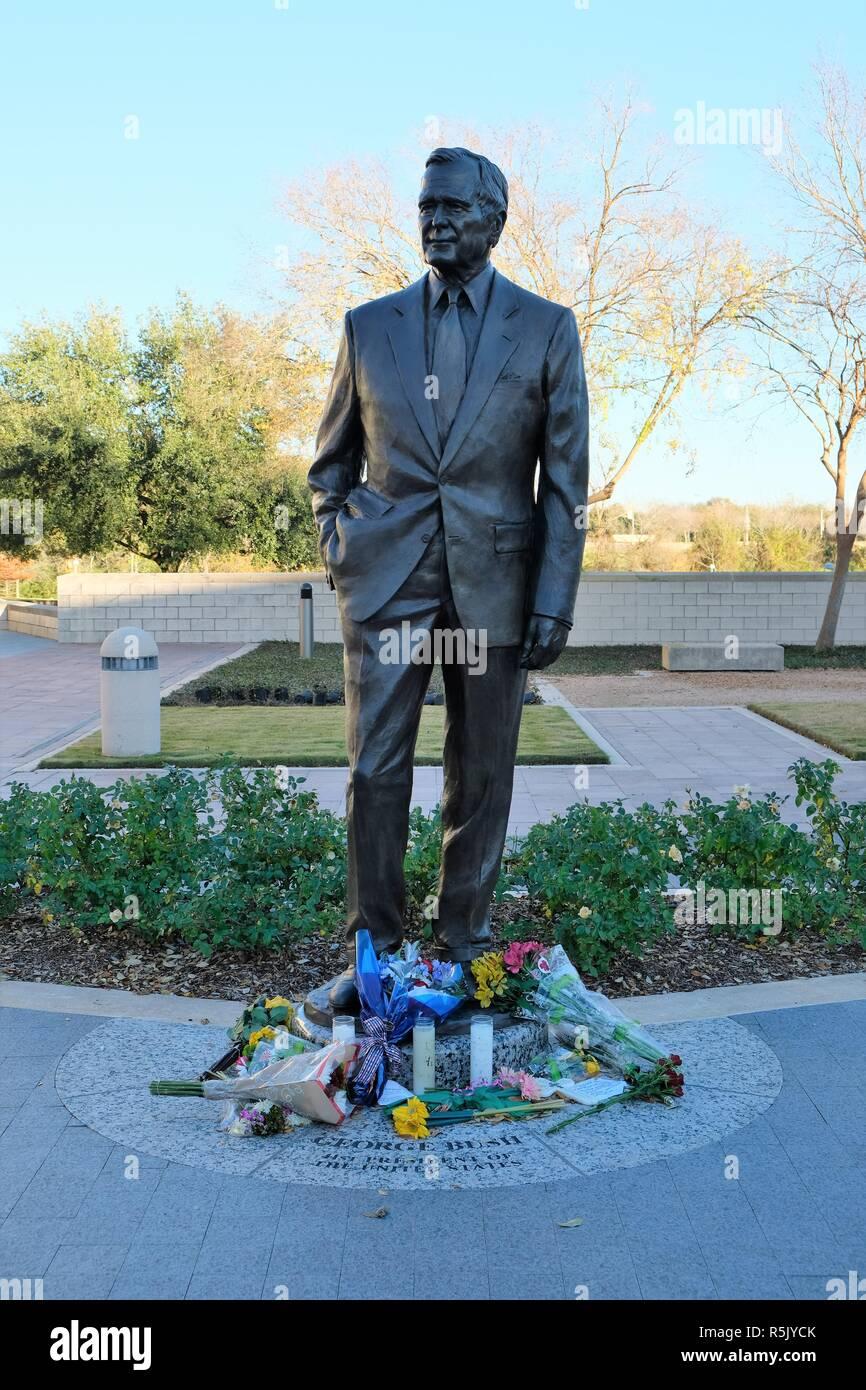 College Station, Texas, EE.UU. El 1 de diciembre de 2018. Flores en la base de la George H.W. Estatua de Bush, por el artista Chas Fagan, fuera de la biblioteca presidencial de George Bush en College Station, Texas, EE.UU. El ex Presidente Bush murió el 30 de noviembre de 2018, a la edad de 94 años. Crédito: J. Villalobos / Alamy Live News Imagen De Stock