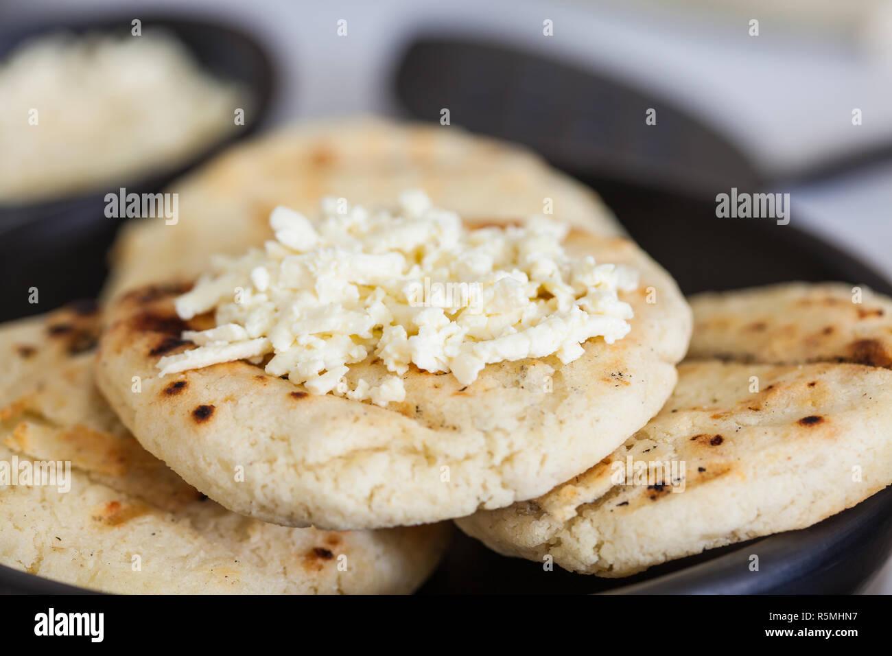 Maiz Blanco Tradicional Colombiana Arepa Con Queso Fotografia De Stock Alamy