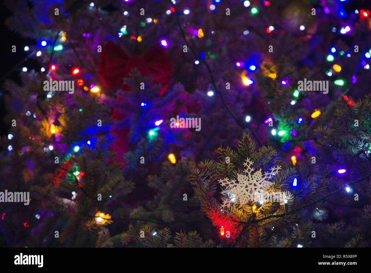 48db73efe3e ... luz eléctrica en el grunge antecedentes. C6T53X (RF). Luces de adornos  y colgar en un árbol de Navidad. Imagen De Stock