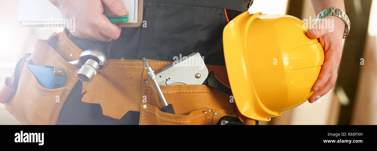 Manitas desconocido con las manos en la cintura y cinturón de herramientas  con herramientas de construcción 60f81416dd6c
