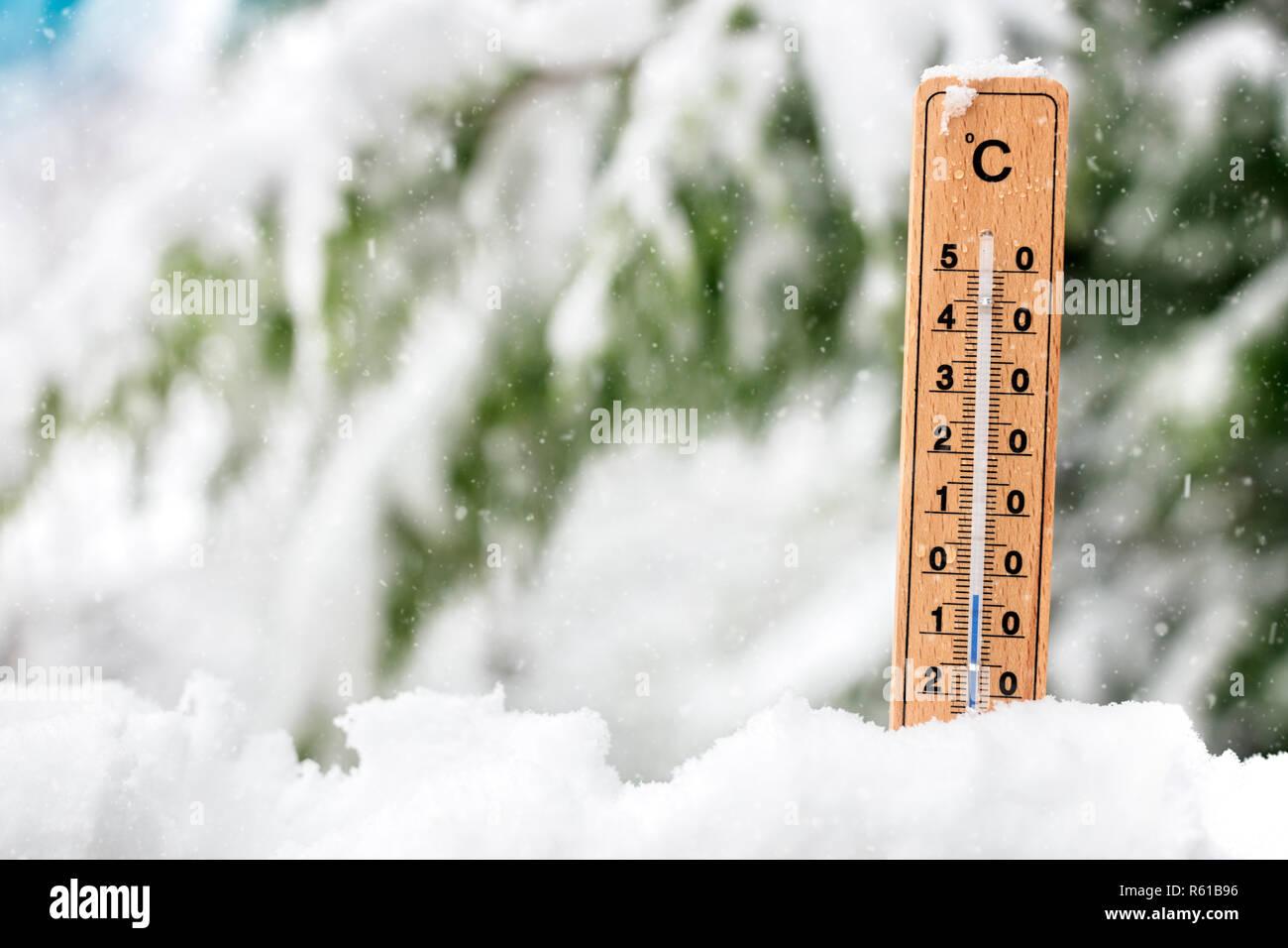 Termómetro de temperatura del frío mostrando en el concepto de nieve durante el invierno Foto de stock